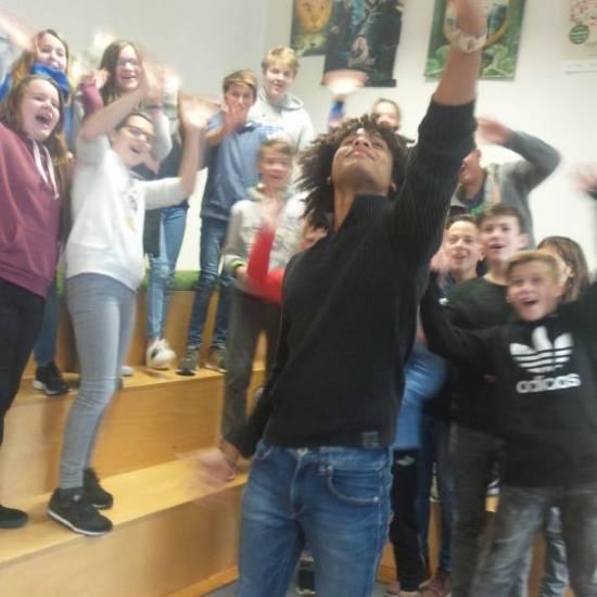 Social-Media-Star Dominic Toliver zu Gast in der Schulbibliothek bei der Klasse 7A