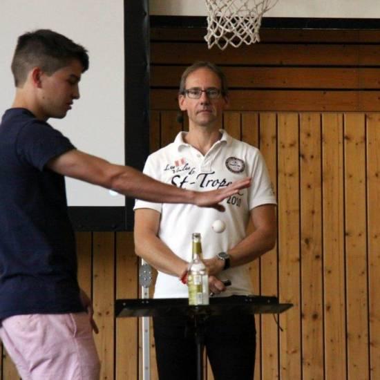 """""""80 Prozent des Erfolgs passieren im Kopf"""" – Motivationstrainer Matthias Herzog hält Erlebnisvortrag am OHG"""